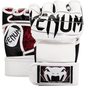 Witte mm handschoenen van Venum Undisputed.