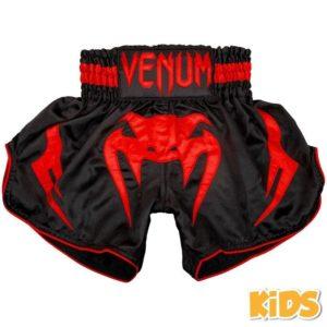 Zwart rood thai- en kickboks broekje voor kinderen van Venum bangkok infermo.