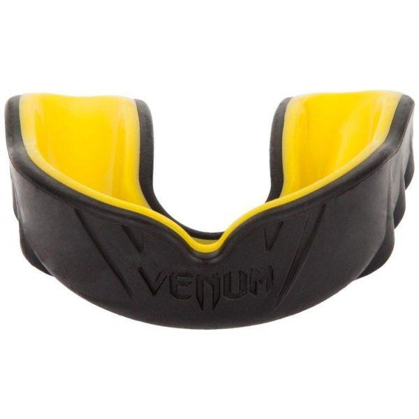Zwart gele gebitsbeschermer van Venum challenger.