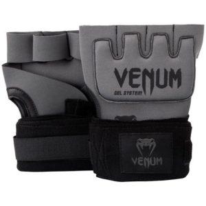 Grijs zwarte binnenhandschoenen met gel en bandages van Venum.