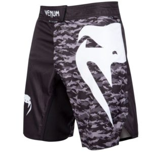 Zwart camo mma fightshort van Venum light 3.0.