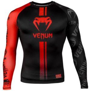 Zwart rode rashguard long sleeves van Venum logos.