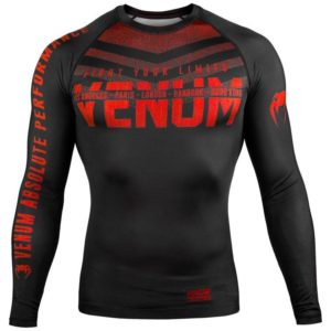 Zwart rode rashguard long sleeves van Venum signature.