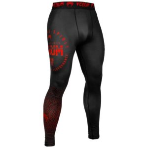 Zwart rode spats van Venum signature.