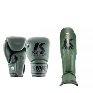 Een bundel met groene (kick)bokshandschoenen en scheenbeschermers van King kpb.