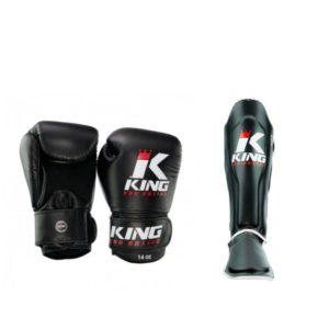 Een bundel met zwarte (kick)bokshandschoenen en scheenbeschermers van King kpb.