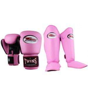 Bundel met roze (kick)bokshandschoenen en scheenbeschermers van Twins.