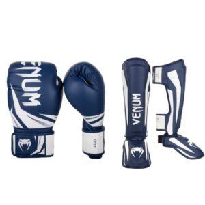 Een bundel van challenger (kick)bokshandschoenen en elite scheenbeschermers van Venum.