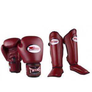Bundel van Twins bestaande uit wijnrode kickbokshandschoenen en scheenbeschermers.