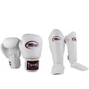 Bundel van Twins bestaande uit witte kickbokshandschoenen en scheenbeschermers.